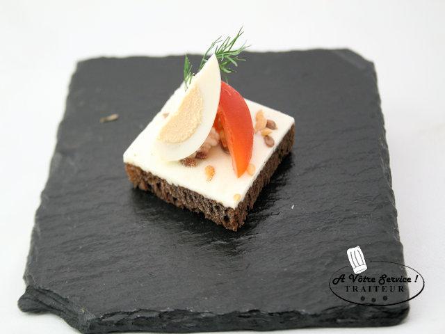 Canapé oeuf de caille/tomate cerise